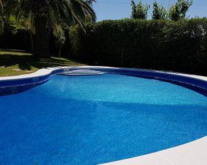 azul perla piscina forma asimetrica